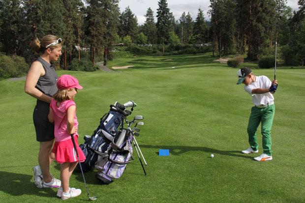 Діти вчаться грати в гольф