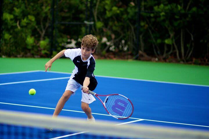 Дитина грає у великий теніс